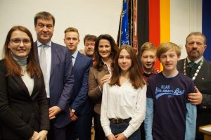 Markus Söder, Michaela Kaniber, Bürgermeister Josef Flatscher, Mitglieder des Jugendforums