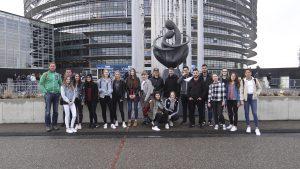 Gemeinsam posierte die Reisegruppe vor dem Europäischen Parlament in Straßburg